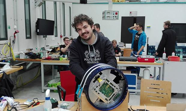 Szymon Krawczuk podczas pracy nad eksperymentem.