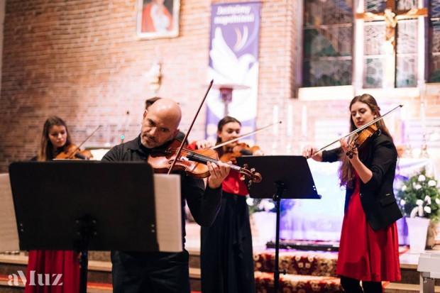 Wykorzystując doświadczenie i wiedzę profesjonalnych muzyków, orkiestra dąży ze swoją innowacyjnością do przełamania szablonowych koncertów muzyki klasycznej. Na zdj. podczas wspólnego występu z Robertem Kwiatkowskim, koncertmistrzem Orkiestry Polskiej Filharmonii Bałtyckiej.