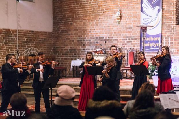 Orkiestra kameralna BalticAlians powstała w listopadzie ubiegłego roku z inicjatywy Janiny Olszewskiej, Jana Starucha i Rafała Marka Wiśniewskiego. Tworzą ją młodzi, utalentowani muzycy, studiujących w Akademii Muzycznej im. Stanisława Moniuszki w Gdańsku.