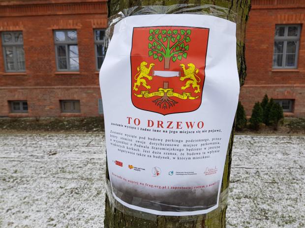 Takie afisze zostały rozwieszone przez organizatorów konferencji na drzewach, które mają zostać wycięte w związku z inwestycją przy Podwalu Staromiejskim.