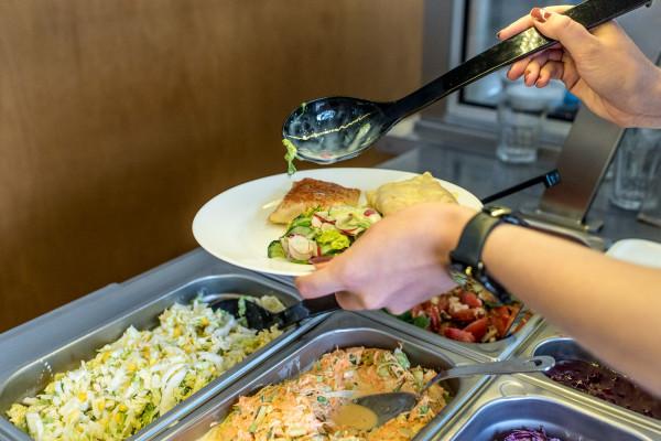 W I-100-gram płaci się za wagę skomponowanego dania.