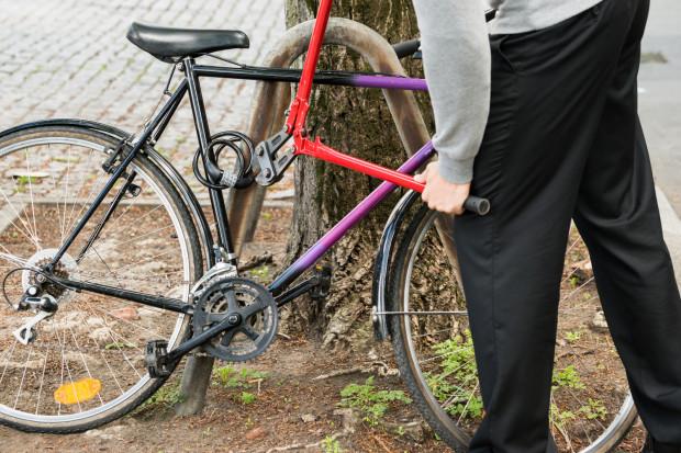 Pozostawienie roweru w ustronnym miejscu zwiększa ryzyko kradzieży.