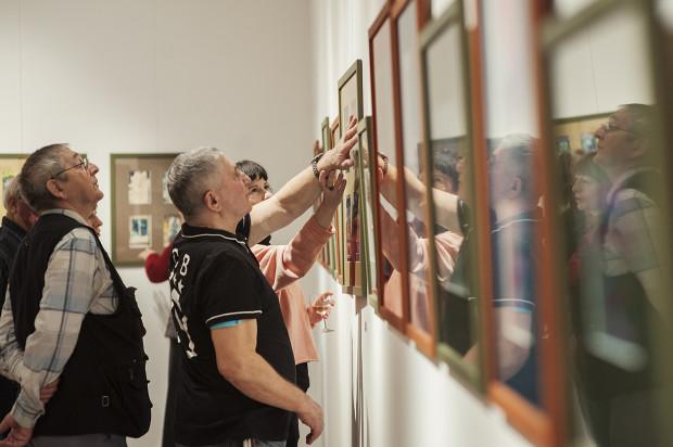 Muzeum Miasta Gdyni posiada szereg udogodnień, które ułatwiają osobom niewidomym, niedowidzącym oraz niedosłyszącym poruszanie się po instytucji i komfortowe zwiedzanie ekspozycji.