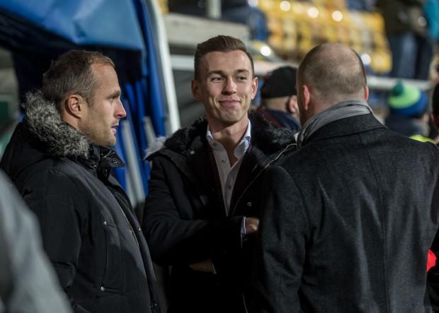 Dominik Midak (w środku) z szefami pionu sportowego Arki Gdynia: Piotrem Włodarczykiem (z prawej) i Antonim Łukasiewiczem.