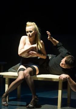 Kaja (Justyna Bartoszewicz) ulega magnetycznemu wpływowi Solnessa, który wie jak skorzystać z posłusznej mu poddańczo narzeczonej Rangara.