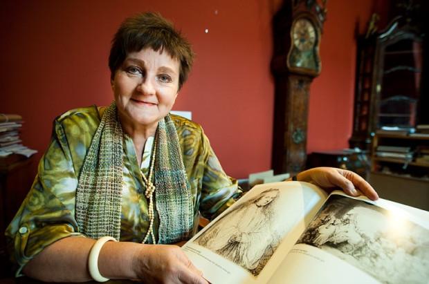 """Kalina Zabuska, kustosz Muzeum Narodowego w Gdańsku, podchodzi sceptycznie do rewelacji z powieści. Na zdjęciu prezentuje jedną z 12 rycin, które znajdują się w zbiorach muzeum - """"Saskia jako św. Katarzyna""""."""