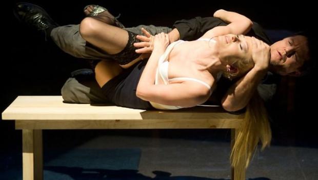 """W """"Solness"""" sceny erotyczne pojawiają się nagle i rozwijają dynamicznie w najmniej spodziewanych momentach. Reżysera nie interesują typowe dla Ibsena niuanse i niedopowiedzenia."""