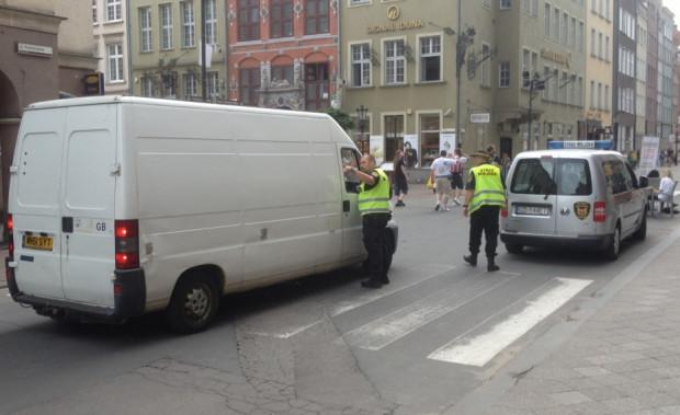Działania strażników miejskich na Tkackiej, Kołodziejskiej i Piwnej mające na celu wyeliminowanie kierowców jeżdżących po deptaku będą się powtarzać w każdy kolejny weekend (zdjęcie archiwalne).