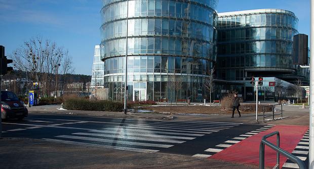 W tym miejscu urywa się droga rowerowa przy al. Zwycięstwa. W tym roku brakujący odcinek ma zostać zbudowany.