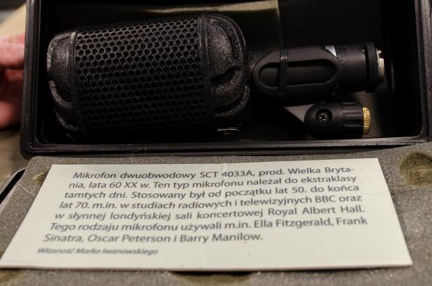Mikrofon produkcji brytyjskiej. Z podobnego sprzętu korzystał m.in. Frank Sinatra