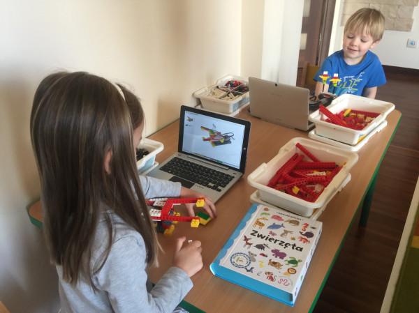 Szczególnym zainteresowaniem dzieci cieszą się zajęcia z robotyki.