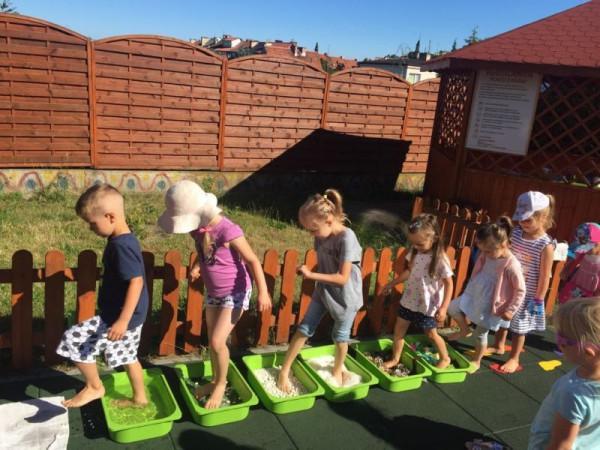 Nauka w plenerze? Czemu nie! Tym bardziej, że gdyńskie placówki Montessori dysponują przestronnymi, prywatnymi placami zabaw.