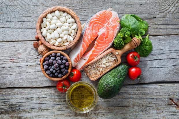 W diecie powinny znaleźć się produkty bogate w błonnik, który nie tylko pozytywnie wpływa na perystaltykę jelit, ale także zmniejsza przyswajanie cukrów z pożywienia.