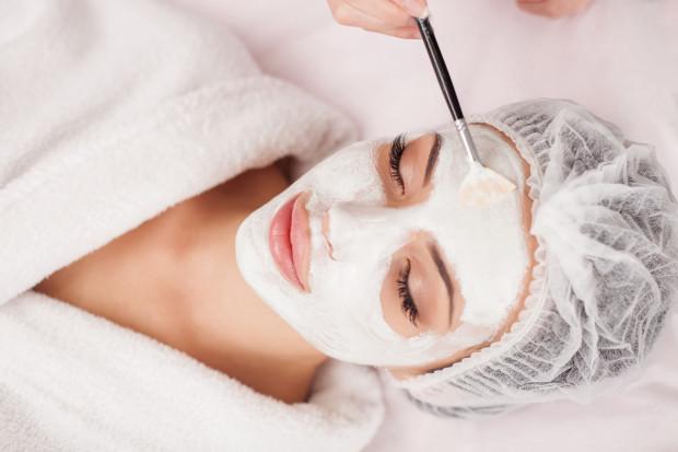 Po okresie jesienno-zimowym skóra twarzy wymaga regeneracji i odświeżenia.