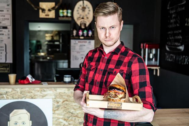 Rednek by Stah specjalizuje się w kanapkach z szarpaną wieprzowiną.
