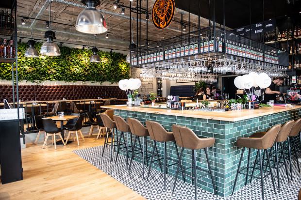 Prosty Temat to restauracja z odrobinę klubowym klimatem.