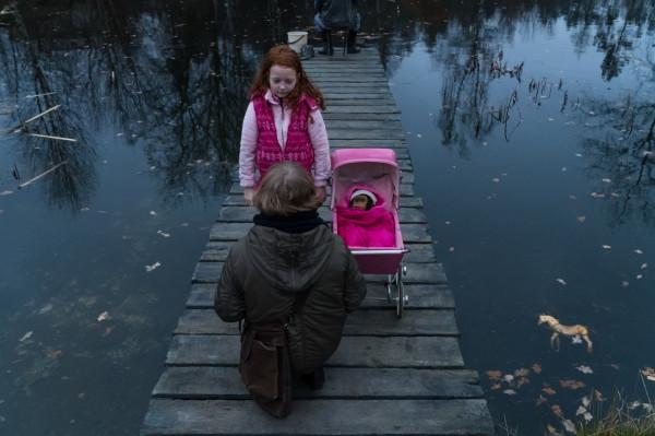 W filmie Borysa Lankosza z całą pewnością czuć tytułową ciemność utożsamianą z ludzkim złem, które jest tu przyczynkiem do każdej  indywidualnej i zbiorowej tragedii. Niestety, poza imponującą warstwą wizualną i dźwiękową, zupełnie zagubione jest tempo opowieści, przeniesionych wprost z książki dialogów nie da się słuchać, fabuła naszpikowana jest zbyt dużą liczbą wątków, których rozwiązanie rozczarowuje i nie dostarcza właściwie już żadnych końcowych emocji.