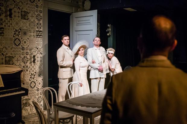 """Cała piątka aktorów wchodzi w konwencję teatru narracyjnego, z dystansem i dowcipem odgrywając sceny z czterech opowiadań składających się na """"Bankiet"""" Miejskiego."""