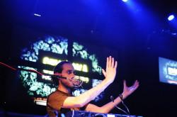 Uzbrojony w mikrofon i mikser Beardyman spełniał role didżeja, sekcji rytmicznej i wokalistów jednocześnie.