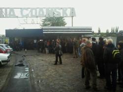 Przed bramą Stoczni czekało ponad 200 osób.