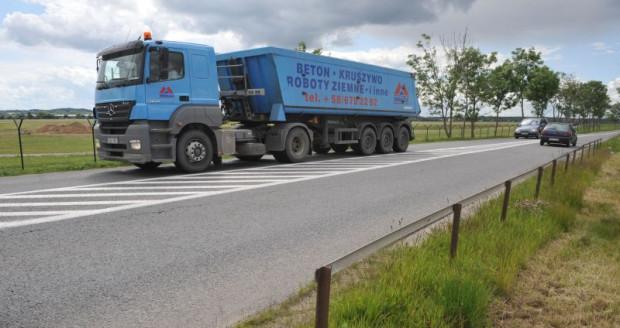 Niebieska ciężarówka to znak rozpoznawczy firmy Wakoz. Te auta nie znikały z ulic Gdańska, gdy firma z Luzina prowadziła prace przy budowie stadionu w Letnicy.