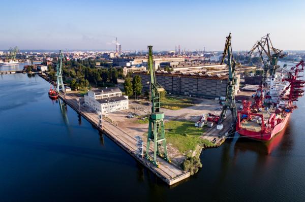 Front Wyspy Ostrów to leżący niemal w centrum Gdańska, bezpośrednio graniczący z 550-metrowymi nabrzeżami Kaszubskim i Trawlerowym oraz Stocznią Gdańsk i dobrze skomunikowany obszar przemysłowy.
