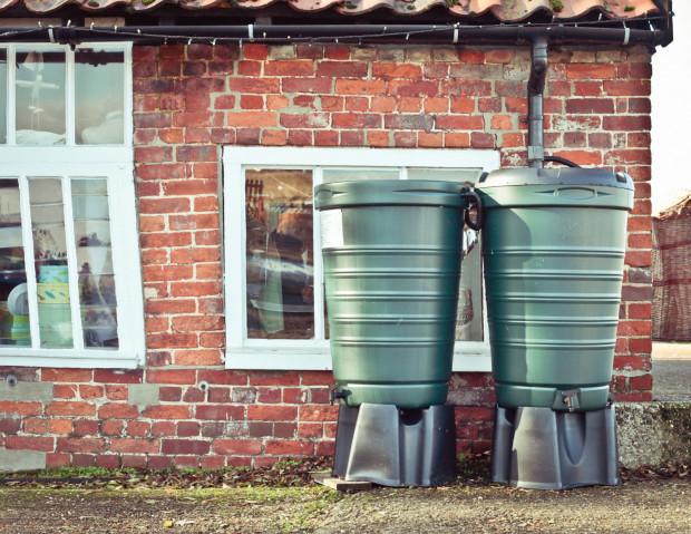 Zbiorniki na deszczówkę z tworzyw sztucznych są trwalsze niż betonowe. W najprostszej wersji mają kranik pod który podstawić można konewkę.