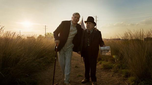 Michael Keaton i Danny DeVito po ponad 20 latach ponownie zagrali razem u Tima Burtona, choć tym razem w produkcji przeznaczonej już zdecydowanie dla najmłodszej części widowni. Obaj aktorzy wypadli zresztą najlepiej z całej obsady.