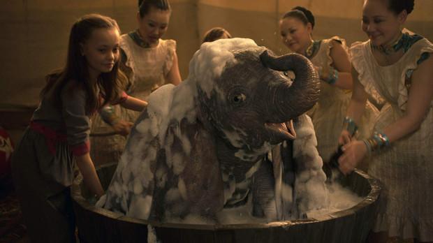 """Specjaliści od efektów specjalnych absolutnie stanęli na wysokości zadania. Tytułowy bohater w każdym szczególe prezentuje się zjawiskowo. """"Dumbo"""" nie można też odmówić klimatu charakterystycznego kinu Tima Burtona, choć ów specyficzny nastrój da się wyczuć tylko od czasu do czasu."""