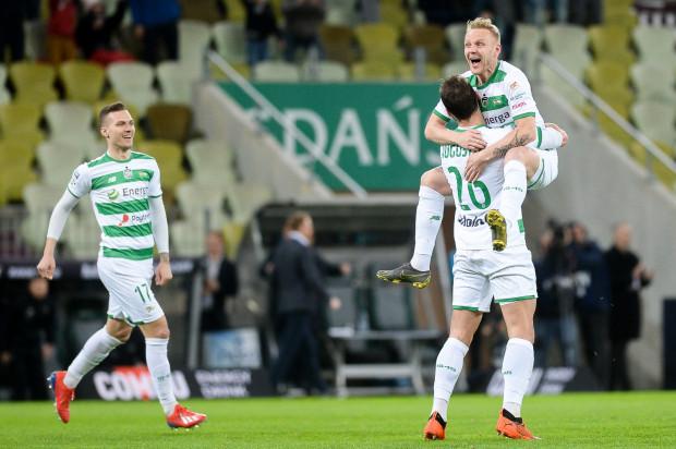Lukas Haraslin (z lewej) miał udział przy obu golach strzelonych przez Lechię Gdańsk Piastowi Gliwice, ale podkreśla, że nie jest ważne kto strzela, a każdy piłkarz rozliczany jest z zadań, które ma do wykonania.