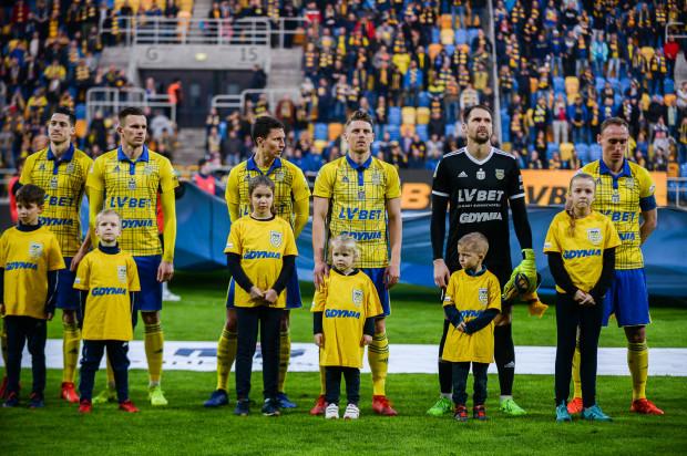 Adam Marciniak (pierwszy z prawej), jak na kapitana drużyny przystało nie tylko nie zamierza schodzić z posterunku, ale związał się z klubem na kolejne dwa lata i to bez klauzuli o rozwiązaniu umowy w przypadku degradacji.
