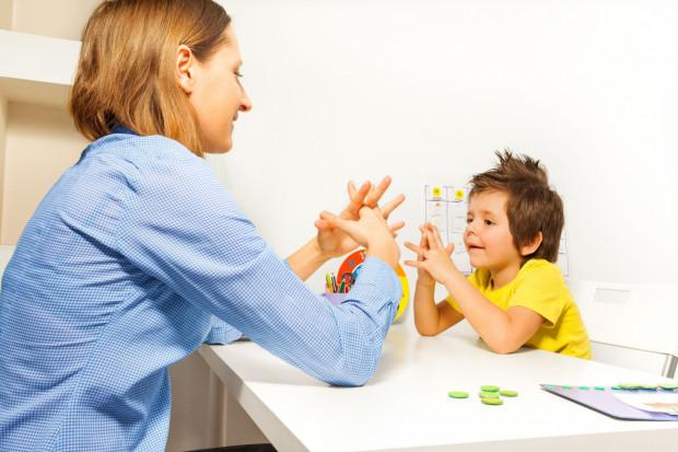 Autyzm jest bardzo poważnym zaburzeniem rozwojowym. Ujawnia się w okresie pierwszych trzech lat życia.