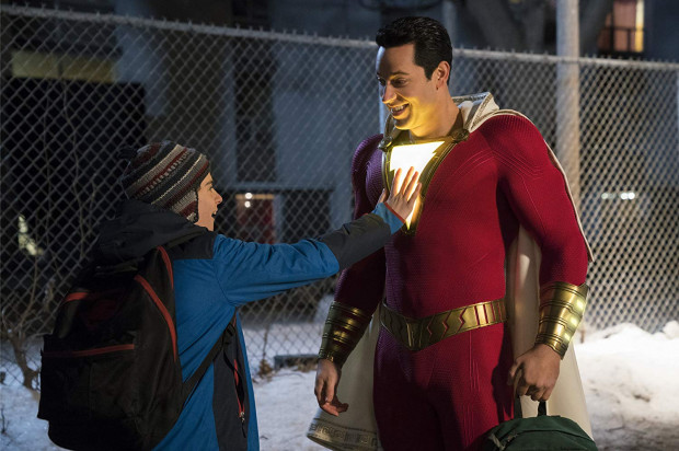 """14-letni Billy Batson po spotkaniu z tajemniczym czarodziejem zyskuje nadludzkie moce. Wystarczy, że wypowie """"Shazam!"""" i zmienia się w dorosłego superbohatera, który jeszcze nie do końca świadomy jest swoich nowych umiejętności."""