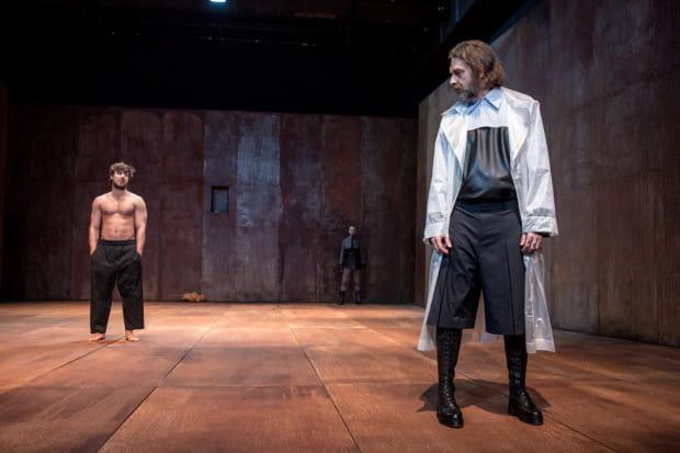"""Król Tezeusz (Marek Tynda, po prawej) po powrocie do domu czuje się zdezorientowany - """"co się tu dzieje!"""" - wykrzyknie kilkakrotnie. Nie dowie się jednak prawdy od syna, Hipolita (Jakub Nosiadek, po lewej)."""