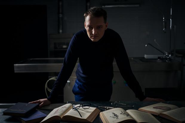 """Piotr Borlik - pisarz pochodzący z Bydgoszczy, obecnie mieszkaniec Trójmiasta, o czym daje znać w swojej twórczości - """"Boska proporcja"""" rozgrywa się właśnie tutaj."""