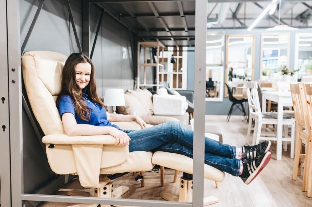 """Wioletta Piotrowicz - audytor wewnętrzny Jysk Polska, na co dzień nie ma kontaktu z klientami sklepu, dlatego wtorkowy """"Takeover"""" był dla niej nie tylko przygodą, ale i wyzwaniem."""