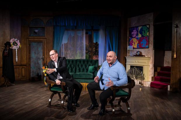 Przez przytulny salon żydowskich przyjaciół dwójki bohaterów spektaklu przejdzie prawdziwe tornado. Nic tu nie jest tylko tym, czym się z pozoru wydaje.
