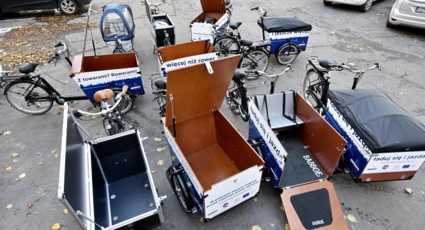 Gdyńskie rowery cargo pozwalają serwisantom rozwozić baterie do rowerów systemu Mevo.