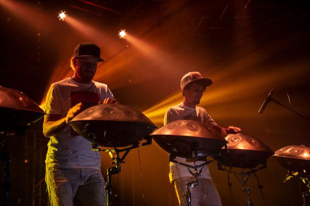 Muzyka wydobywająca się z hang drumów jest bardzo różnorodna. Może być cicha i subtelna, albo wręcz przeciwnie - mocno energetyczna. Wszystko zależy od natężenia dotyku.