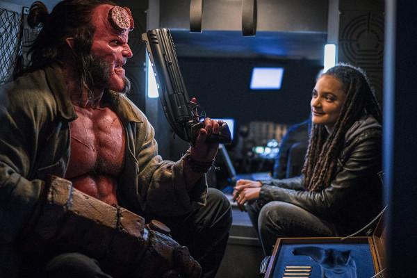 """Jednym z bardzo nielicznych atutów """"Hellboya"""" jest odtwórca głównej roli. Znany ze """"Stranger Things"""" David Harbour w postaci piekielnego wielkoluda odnajduje się bez dużych obciążeń, ale na więcej nie pozwala mu fatalny scenariusz."""