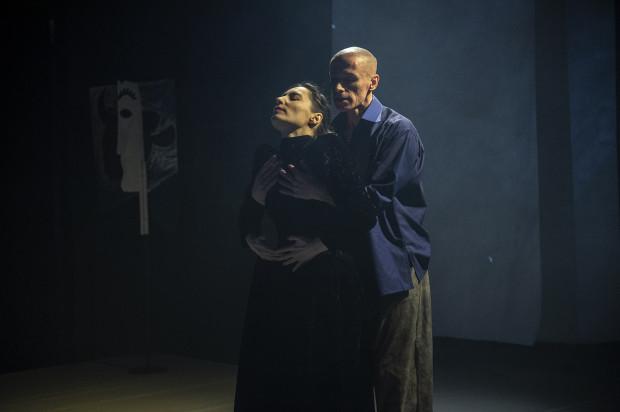 """""""Dyskretny urok Picassa"""" to spektakl esencjonalny, oparty na twórczości Pabla Picassa. Na zdjęciu Joanna Czajkowska (kobieta malarza) i Jacek Krawczyk (Pablo Picasso)."""