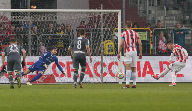 Początek nieszczęścia Lechii Gdańsk w meczu w Krakowie. Airam Cabrera zdobywa pierwszą z czterech bramek dla Cracovii.