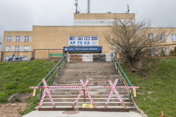 Wyłączone z eksploatacji schody do przychodni Morena