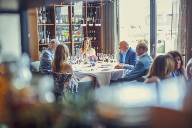 Wybierając święta w restauracji możemy cały wolny czas poświęcić na rozmowy z bliskimi.