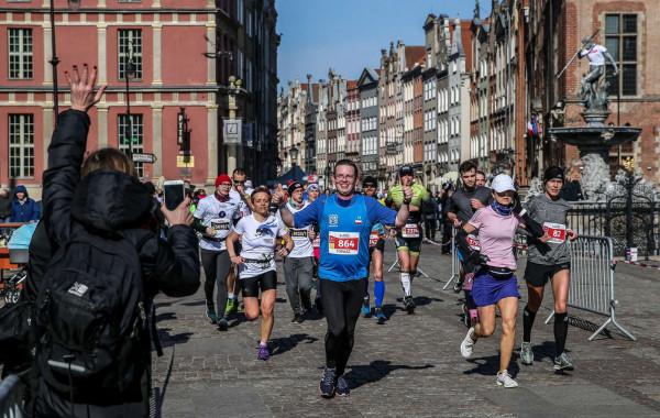 Biegaczom podczas gdańskiego maratonu można było kibicować na wiele sposobów, a najtrudniej do nich dotrzeć było na... mecie.