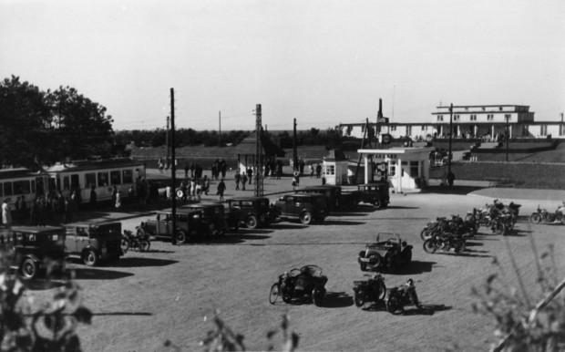 Pętla tramwajowa i parking samochodowy przy głównym wejściu na kąpielisko na Stogach, koniec lat 30. XX w. Ze zbiorów Krzysztofa Gryndera