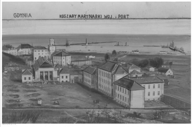 Widok na port wojenny z zabudowaniami admiralicji i koszar Marynarki Wojennej w Gdyni. Czerwiec 1928.