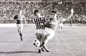 Mecz Lechii z klasowym przeciwnikiem to dziś dla gdańszczan ciekawszy produkt niż reprezentacja Polski mierząca się z rezerwami Francji. Nz. Lechia gra z Juventusem we wrześniu 1983 r.