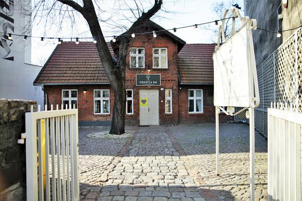 Oberża 86 to autorska restauracja Piotra Ciomka, która zagościła w zabytkowym Domku Abrahama przy ul. Starowiejskiej 30 w Gdyni.