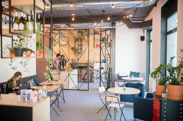 Stylowe wnętrza Składaka, będącego połączeniem kawiarni i warsztatu rowerowego.